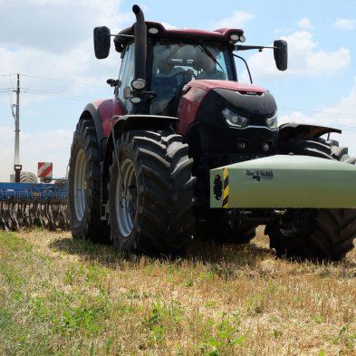 Traktor am Feld mit dem Topsoil Mapper für ein teilflächenspezifisches Bodenmanagement