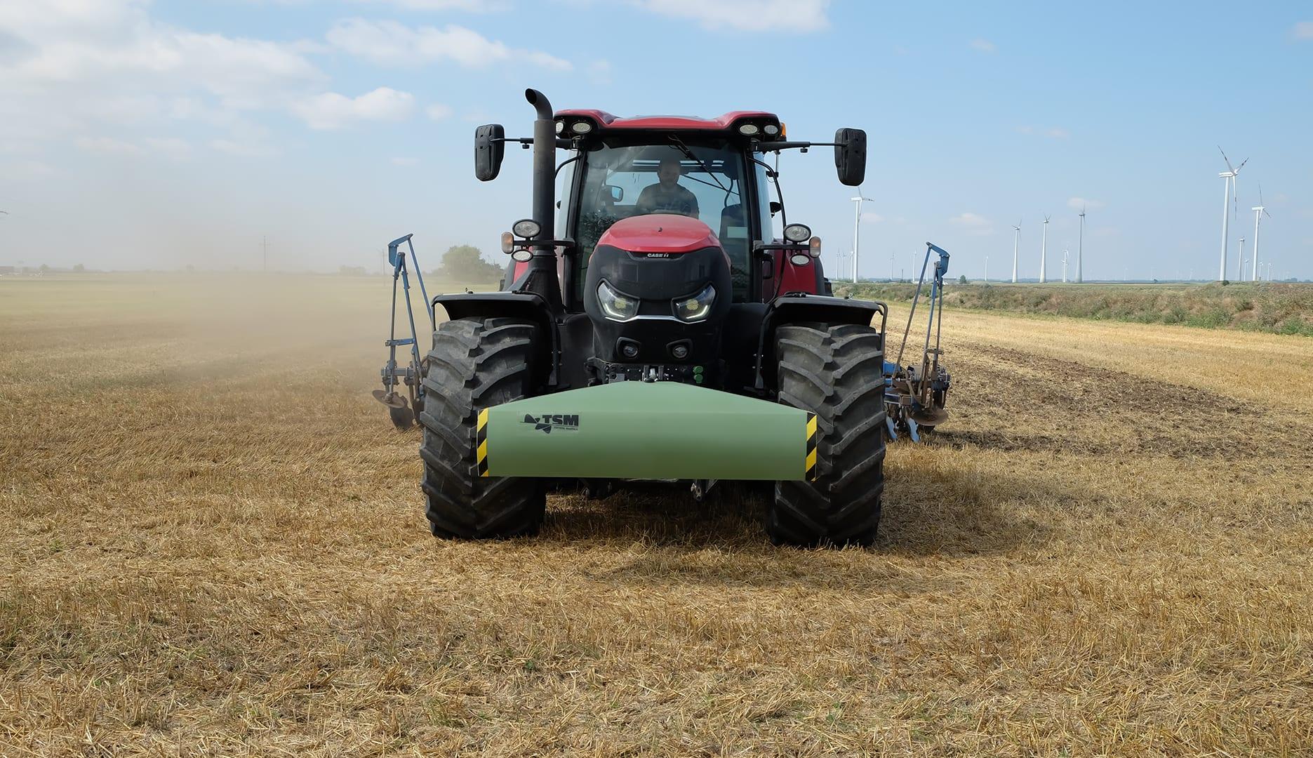 Topsoil Mapper Grün an der Front eines Traktors im Einsatz am Feld